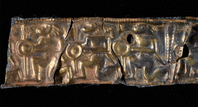 Fregio con guerrieri pertinente un elmo, ricostruito dai ricercatori (Foto: Birmingham Museum Trust)